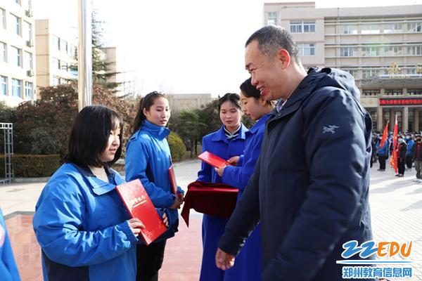 校长马海峰为获奖班级代表颁奖_副本