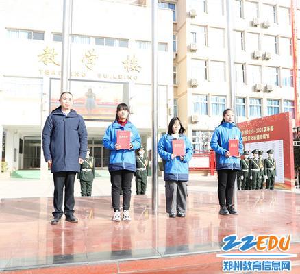 校长马海峰与获奖学生代表合影_副本