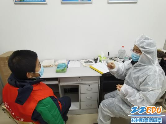 校医对发热学生进行紧急处理