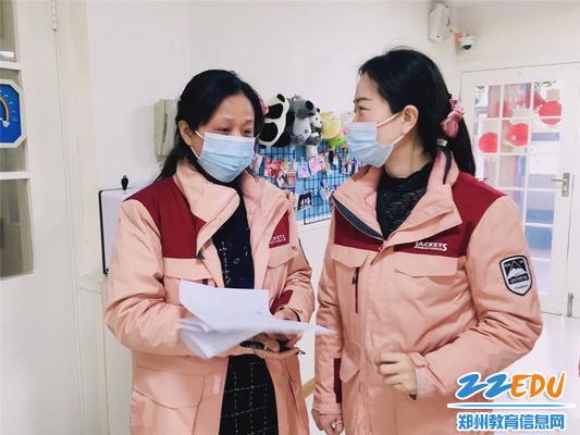 6.观摩后,市实验幼儿园副园长张雪(右一)和教师讨论进餐环节