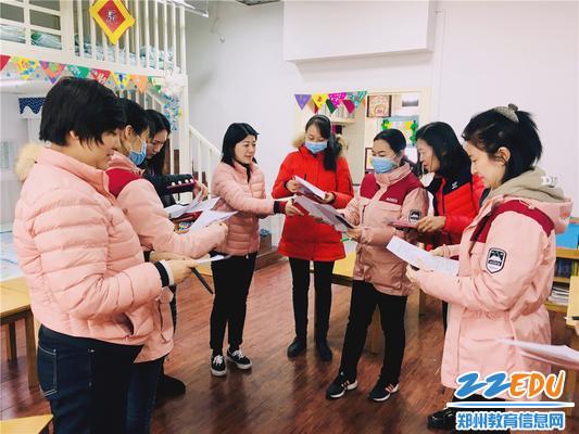 7.观摩后,保教主任张霞(右三)和教师研讨进餐活动