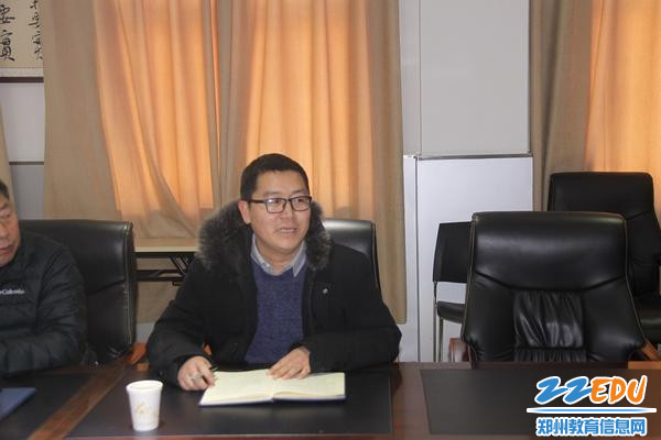 郑州市第五初级中学课程教学处主任王耸主持本次会议