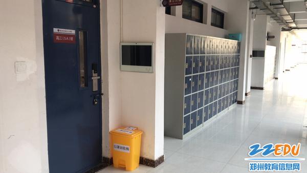 每个教室门口配备口罩回收桶