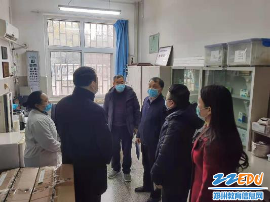 督查组一行检查郑州24中校医室