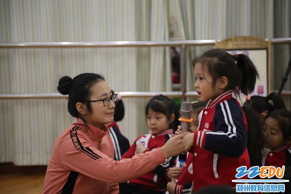 2.郑州市郑东新区实验幼儿园尚晓婷老师执教大班谈话活动《手机听我说》