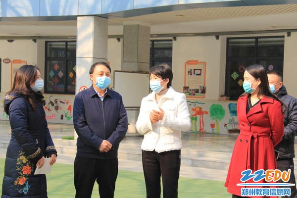 2.园长郝江玉和党总支书记张莉介绍具体防控措施