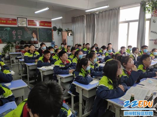 调整大小 同学们认真聆听 各位组长发言并打分