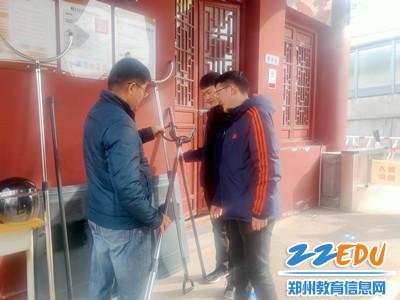 2袁伟民副校长带队对安保工作进行排查_副本