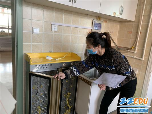 7.后勤工作人员检查电气设备