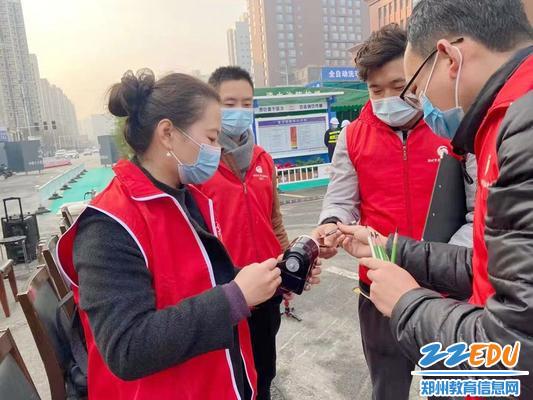 2.郑州市第106高级中学教师志愿者们提前做好画像准备