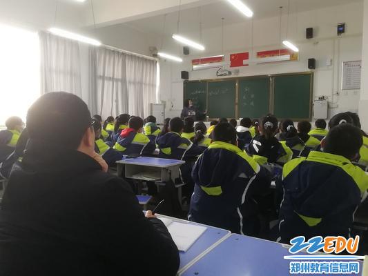 郑州市第五初级中学副校长王耸听张洁老师数学课