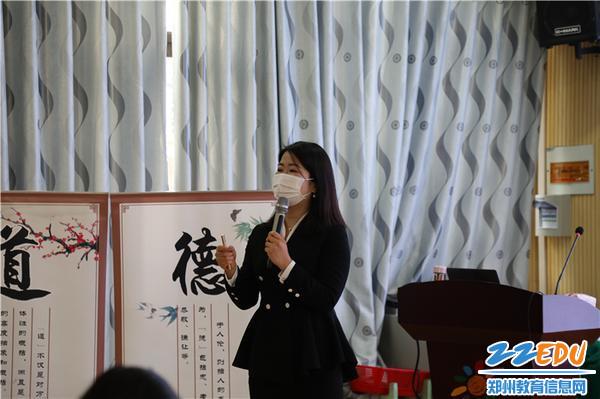 3.柳娟老师细心的为大家解疑答惑,传授礼仪之学