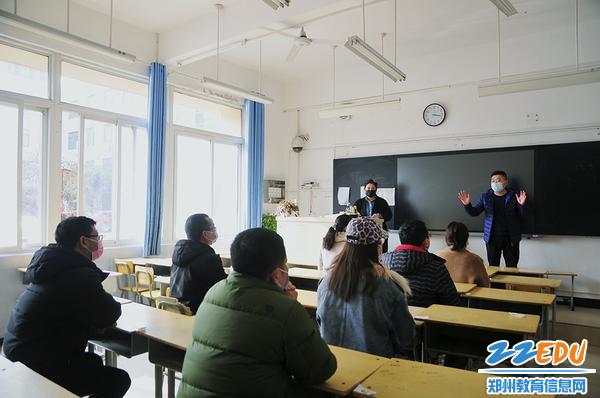 教室内间隔就坐