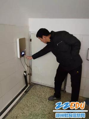 5 专职副书记张永耀检查热水器、暖水宝等设施安全