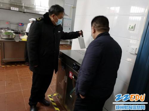 2工作人员查看消毒设备