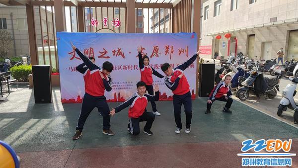 学生的街舞表演 (2)