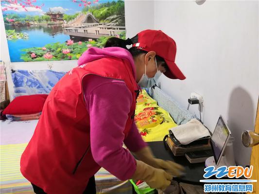 3志愿者来到独居老人刘阿姨家里打扫卫生