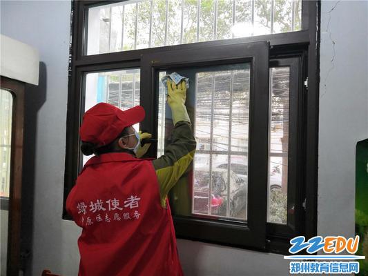 4.志愿者为刘阿姨擦窗户