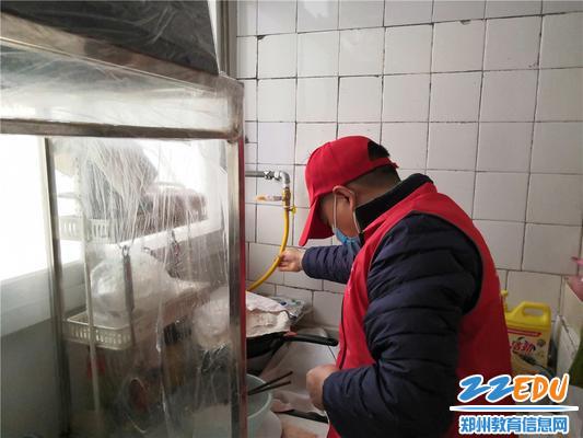 6.志愿者检查天然气管道