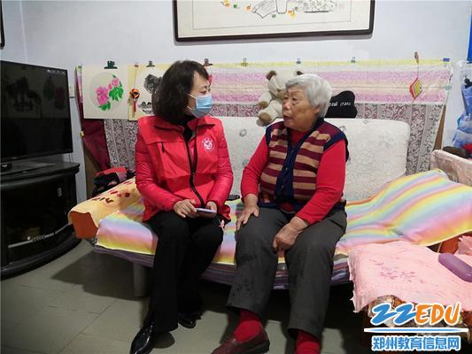 8.志愿者和刘阿姨亲切交谈