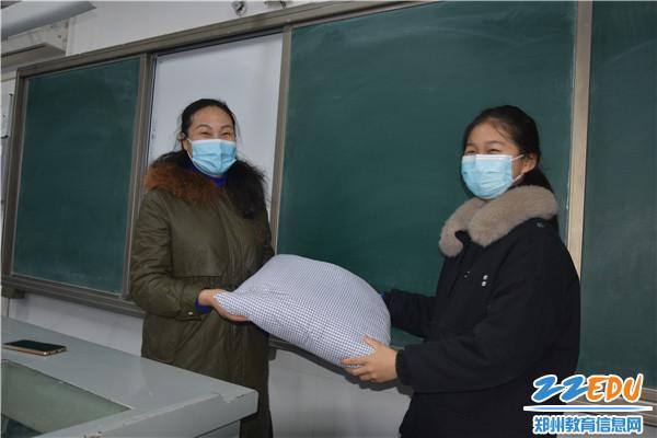 4 收到学生制作的抱枕,好开心!