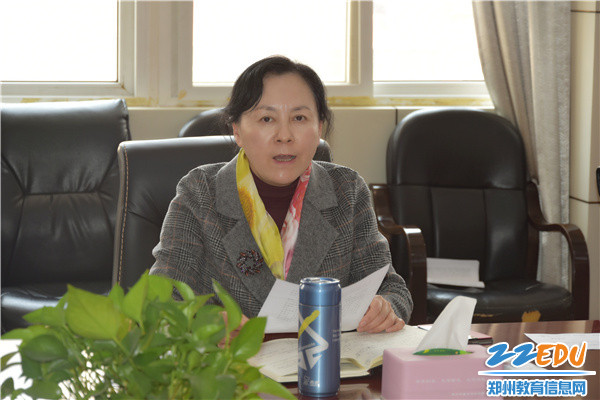 2郑州市第四十二中学于红莲校长带领全体干部学习党史教育精神