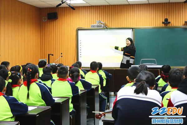音樂老師張倩在授課