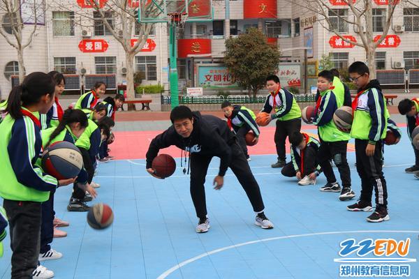 王磊老師講授運球技巧