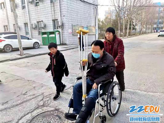 母亲和儿子送他去上班