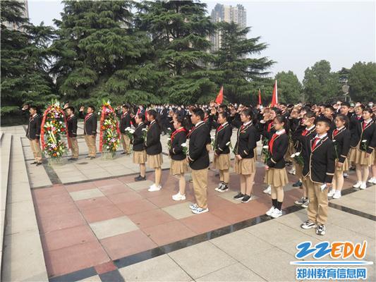 1.金沙城入团积极分子在烈士纪念碑前举行庄严仪式