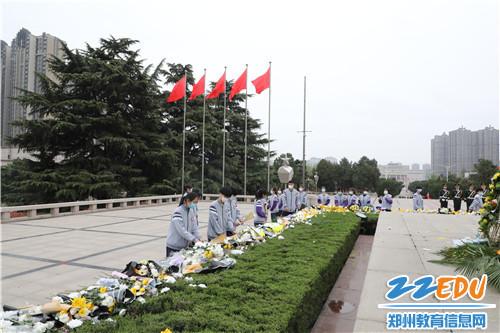 6.团员代表向烈士敬献鲜花