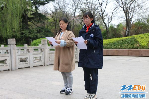 3.副校长秦俊莹和学生诵读碑文