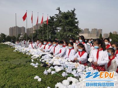 2021年3月30日,薛岗小学学生在郑州市烈士陵园进行献花_调整大小