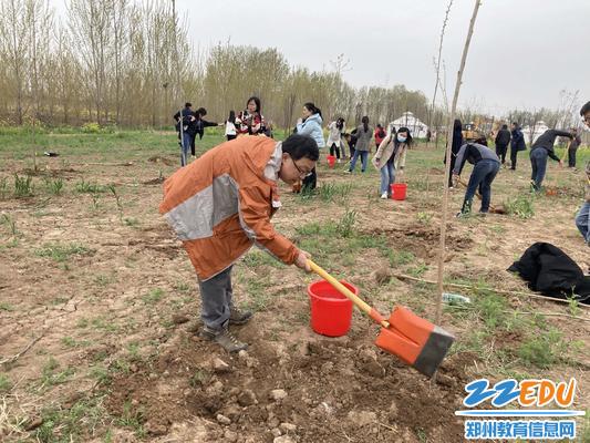9植树活动进行中
