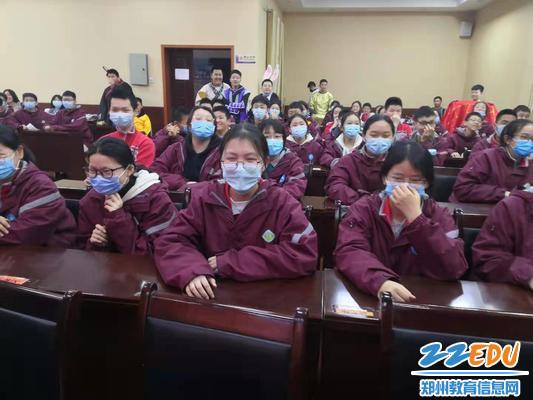 同学们认真观看表演
