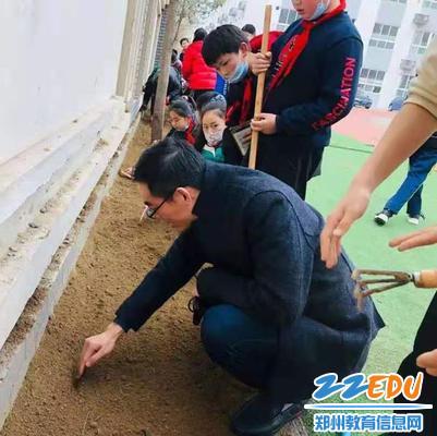 2.崔鹏伟老师和学生一起松土、播种