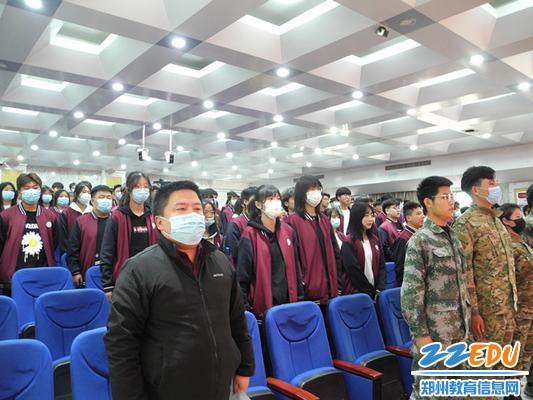 表彰会上师生共唱国歌