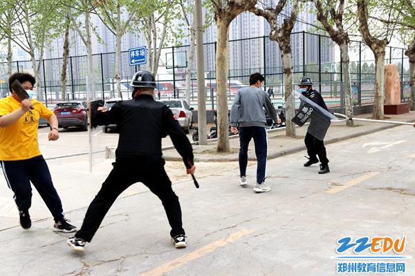 保安持械与暴徒搏斗