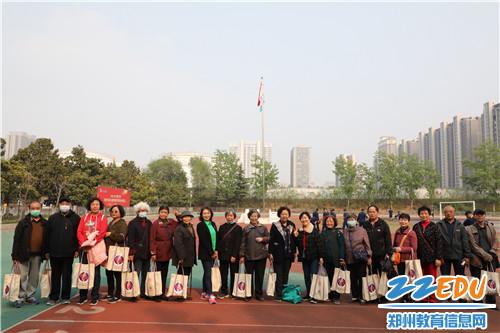 5全体参加比赛退休教师合影