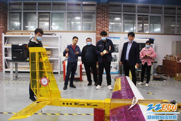 参观经贸学校自主设计的无人机
