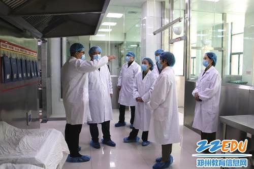 考察团对郑东新区龙华小学餐厅操作间进行实地考察