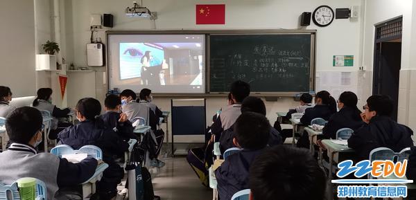 在教室里利用钉钉直播课堂收看