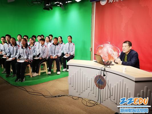 知名语文教育专家梁恕俭在校园电视台直播讲座