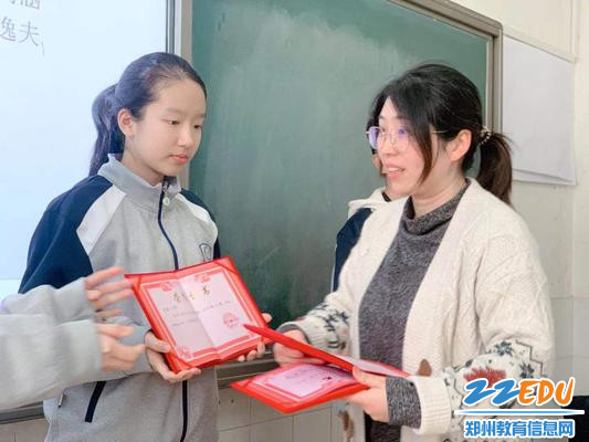 郑州九中国际部主任张康为获奖学生颁发证书