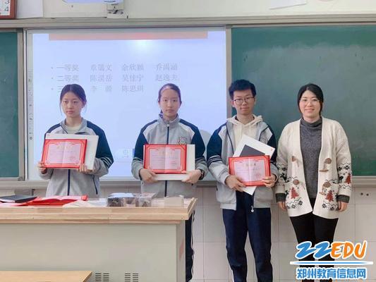 郑州九中国际部主任张康为获奖学生颁奖并合影留念