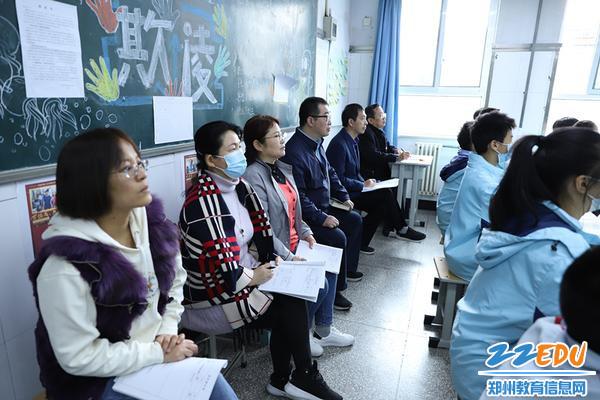 学校领导及教师走进教室共同聆听