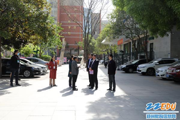 王中立局长听取郑州市回民名高级中学校长李玉国关于考点考试情况的汇报