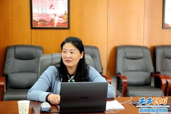 7.工会主席李国红做了《护航美的教育,构建和谐校园》的工会汇报