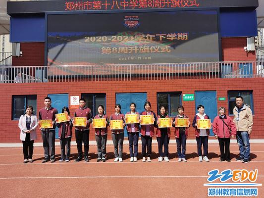 校领导、杨承德老师与优秀宿舍学生代表合影留念