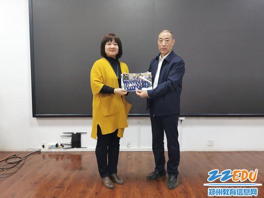 老校友代表王福来为母校捐赠照片及作品集